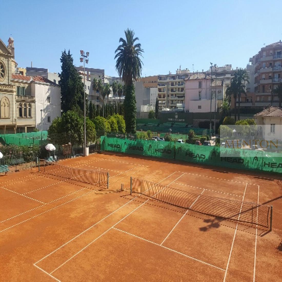proche des tennis